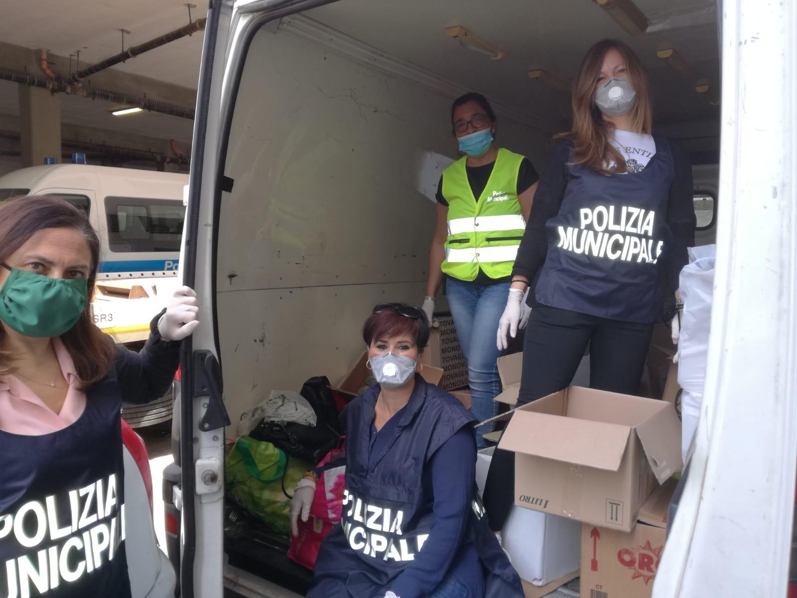 Solidarietà. Agenti e personale polizia municipale raccolgono beni di prima necessità